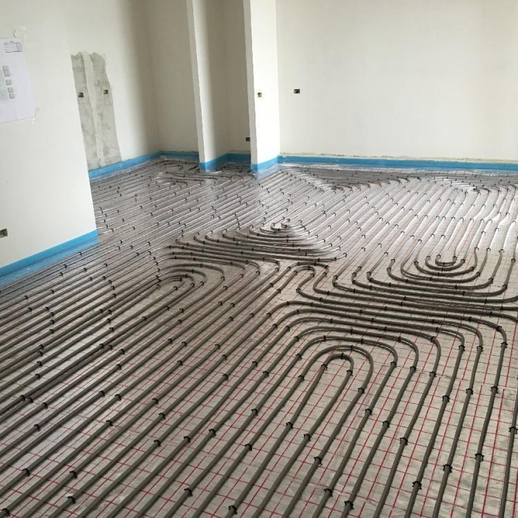 """Impianto di riscaldamento a pavimento con pannelli radianti """"geberit"""" presso abitazione privata a Capurso (BA)."""