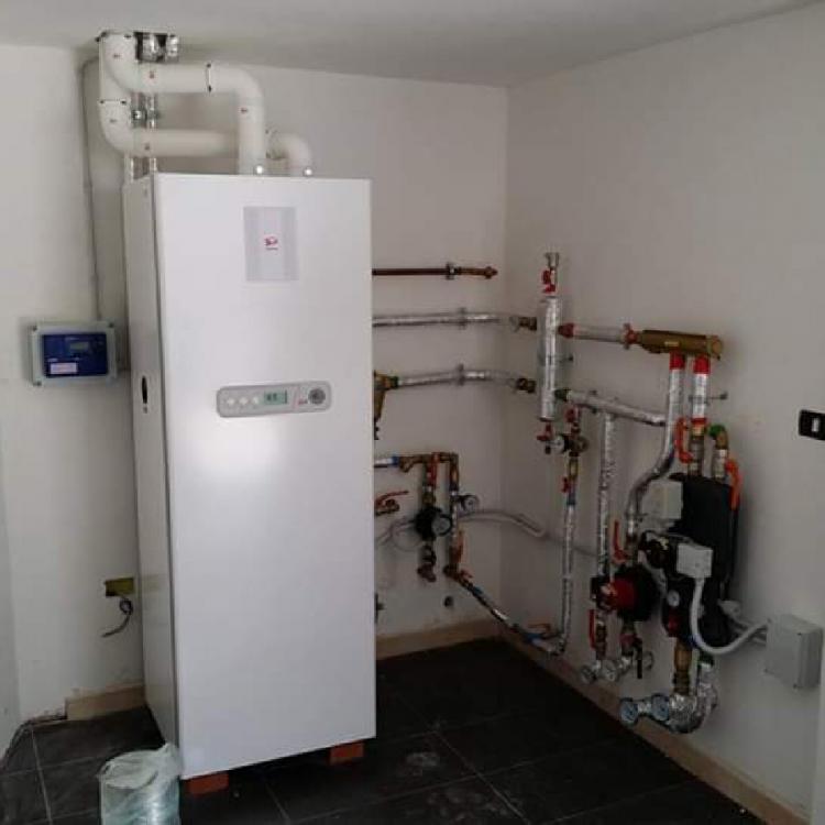 Centrale termica per produzione acqua calda e riscaldamento a bassa ed alta temperatura presso villa privata a Triggiano (ba) .