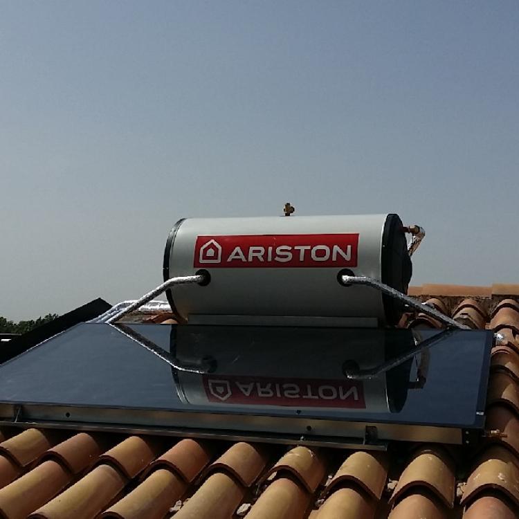 """Impianto per produzione acqua calda con pannello solare """"ariston"""" monoblocco presso villa privata a Casamassima (ba)."""